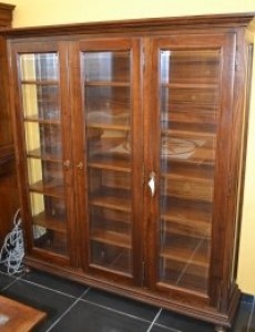 Display cabinet with bun feet